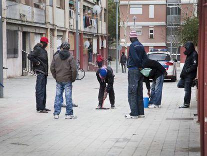 Un grupo de senegaleses, ayer, en la calle Palerm del barrio del Besòs donde ocurrió el crimen.