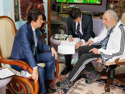 El primer ministro de Japón, Shinzo Abe, reunido con el líder cubano Fidel Castro en La Habana, este jueves.