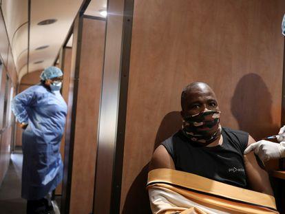 Dennis Malattji se vacuna contra la covid-19, en la estación de tren de Springs en East Rand, en Sudáfrica, el 27 de agosto de 2021.