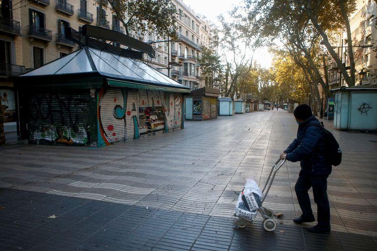 Quioscos cerrados en la Rambla de Barcelona.