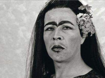 El artista chileno Pedro Lemebel, disfrazado de Frida Kahlo.