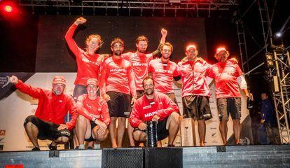 La tripulación del Mapfre celebra el tercer puesto en Auckland.