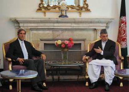 En la imagen, el presidente afgano, Hamid Karzai (d), y el secretario de Estados de EE.UU., John Kerry (i). EFE/Archivo