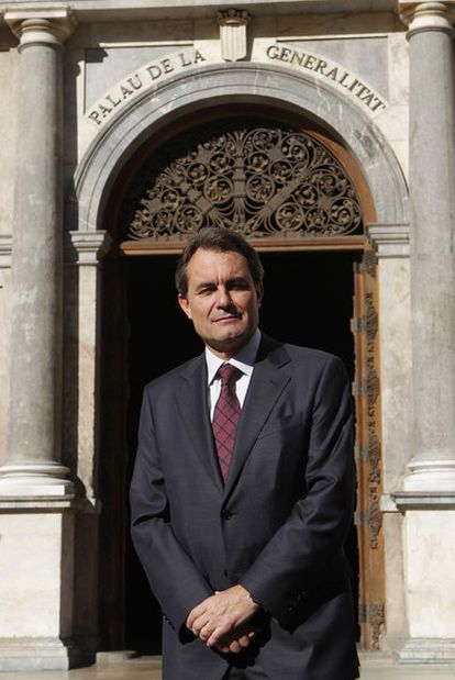 El candidato de CiU al Gobierno catalán, Artur Mas, frente al palacio de la Generalitat.