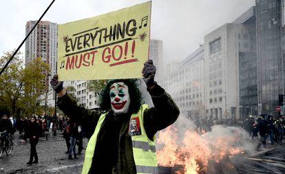 Un manifestante sostiene una pancarta con el título de una película en una de las protestas de los 'chalecos amarillos' en París (Francia), el 16 de noviembre pasado.