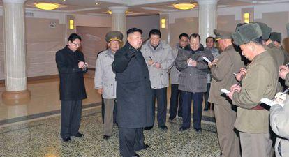 Kim Jong-Un (centro) habla con los funcionarios que le acompañan a visitar un nuevo hospital en la sureña ciudad the Taesongsan.