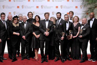 Colin Firth posa junto con el equipo de la película 'El discurso del rey'.