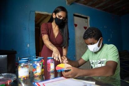 La brasileña Vilma Soares ideó un método pedagógico para que su alumno con autismo, Robson Melo, no se quedara atrás en su educación.