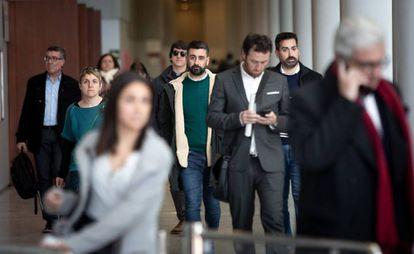 El concejal de Cultura Festiva de València, Pere Fuset, en el centro, sale de la Ciudad de la Justicia de Valencia tras declarar ante el juez.
