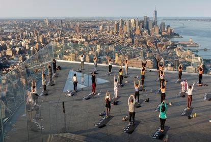 Sesión matutina de yoga en la terraza de The Edge, el mirador más alto de Manhattan.