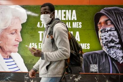 Un hombre pasa por delante del cartel electoral de Vox denunciado por posible delito de odio.
