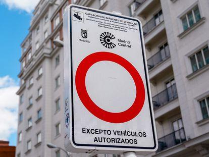 Una señal indicativa de Madrid Central en una vía de la capital.