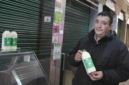 Antonio Carral, en el Mercado de Abastos de Santiago, hasta donde trae la leche cruda de su granja dos veces por semana.
