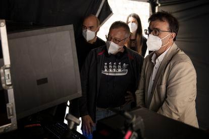El cineasta Daniel Monzón y Javier Cercas, en el rodaje de 'Las leyes de la frontera'.