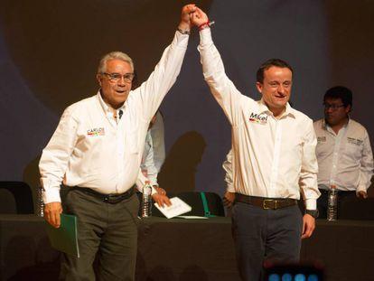 Carlos Girón junto al abogado y politólogo Mikel Arriola.