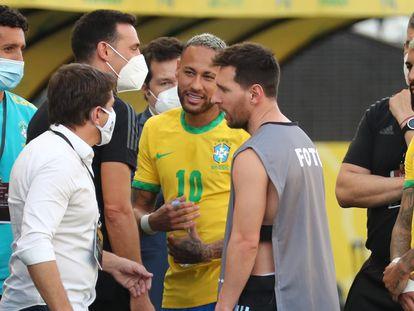 Messi y Neymar, entre otros jugadores, durante las conversaciones posteriores a la suspensión del partido.