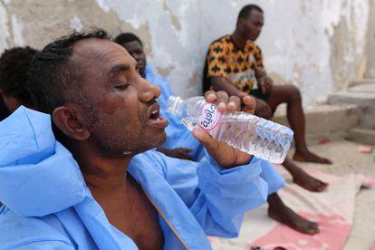 Migrantes rescatados por las autoridades tunecinas en aguas del Mediterráneo cercanas a la frontera con Libia el pasado 27 de junio.