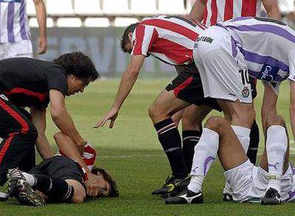Fernando Llorente y Nivaldo Batista, tendidos en el suelo.
