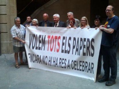El consejero Mascarell, quinto por la izquierda, junto a los miembros de la Comisión de la Dignidad, reclamando el retorno de todos los papeles.