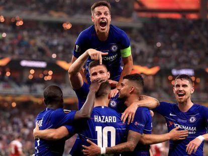Los jugadores del Chelsea celebran el tercer gol del partido, el primero de Hazard.