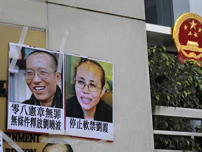 Retratos colgados por manifestantes en solidaridad con Liu y su esposa, Xia, ante la oficina de enlace con China en Hong Kong.