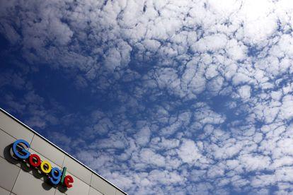 El logotipo de Google en su sede de  Zurich.