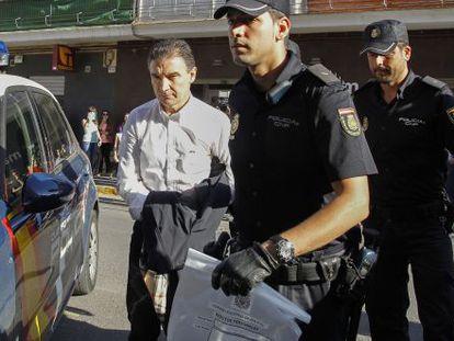 Serafín Castellanos entra detenido en el juzgado de Sagunto.