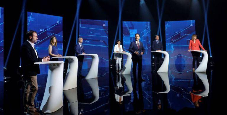 Fotografías cedidas por la televisión pública vasca ETB de los candidatos a las elecciones del próximo 12 de julio celebrando un debate en Bilbao.