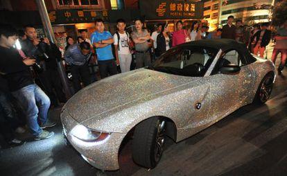 Curiosos observan un coche salpicado de diamantes en Shengyang.