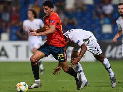 Fornals conduce el balón en la semifinal contra Francia.