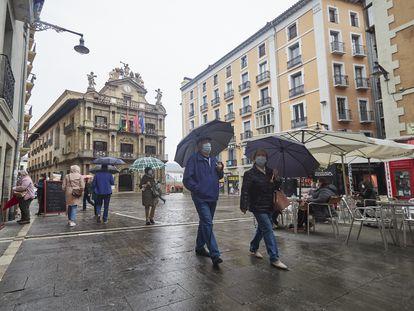 Varias personas pasan por la Plaza del Ayuntamiento de Pamplona, el pasado 26 de abril.