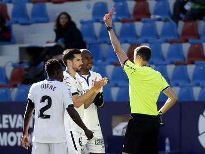 El árbitro Medié Jiménez expulsa el pasado sábado al jugador del Getafe Chema Rodríguez durante el partido ante el Levante en el Ciutat de Valencia.