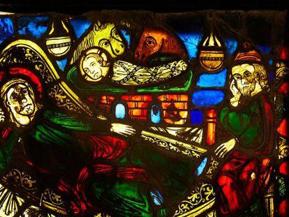 Uno de los plafones de la vidriera localizada en la catedral de Girona.