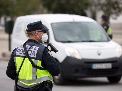 Un agente de la Policía Nacional, en Málaga.