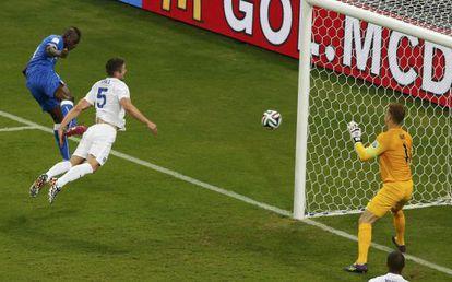 Balotelli cabecea para hacer el segundo gol de Italia.