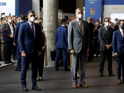 El rey Felipe (en el centro) junto al presidente del Gobierno, Pedro Sánchez (a la izquierda), y el presidente de la Generalitat de Cataluña, este lunes en Barcelona.