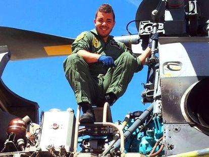 El sargento Jhonander Ojeda, superviviente del primer accidente de helicóptero y víctima del segundo, en una foto que publicó en Facebook.