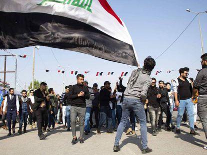 Estudiantes iraquíes se manifiestan este miércoles en Basora (Irak) contra la escalada de tensión entre Irán y EE UU. En vídeo, la situación entre ambos países.