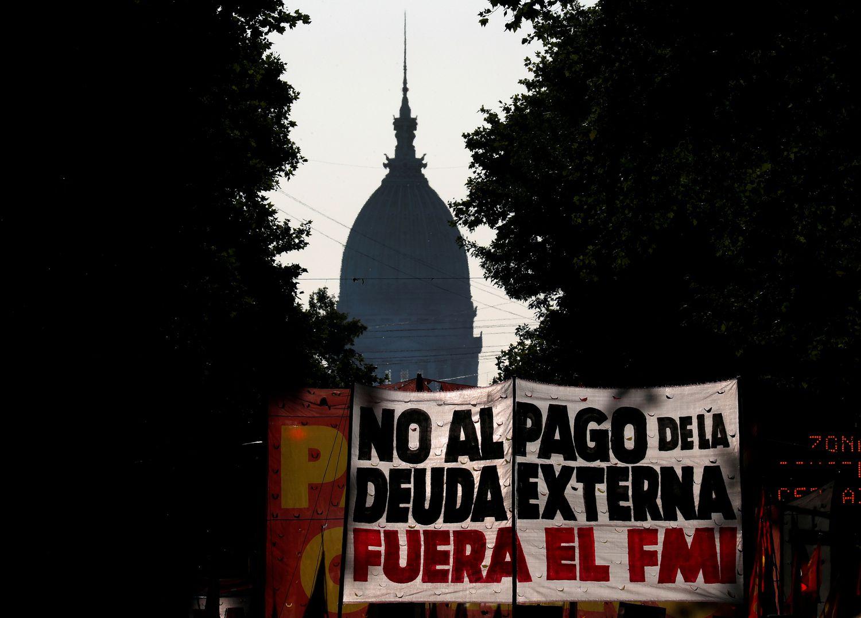 Manifestantes muestran una pancarta contra la negociación de la deuda externa, en Buenos Aires el 12 de febrero pasado.