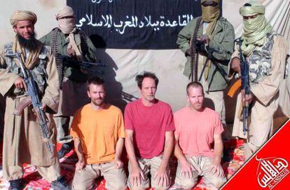 Tres de los rehenes en una imagen facilitada por la rama magrebí de Al Qaeda.