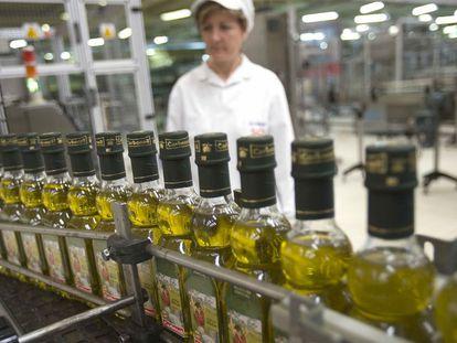 Trabajadora en una planta de envasado de aceite de la marca Carbonell.
