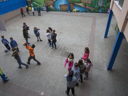 Niños en el patio de un colegio de Barcelona.