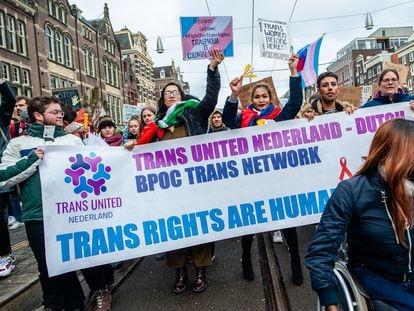 Manifestantes con una pancarta en favor de los derechos de los transgénero, en la marcha del 8 de marzo de 2020 en Ámsterdam.