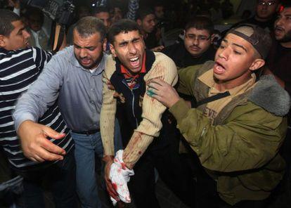 Un herido palestino es trasladado después del ataque ocurrido este sábado en la franja de Gaza.