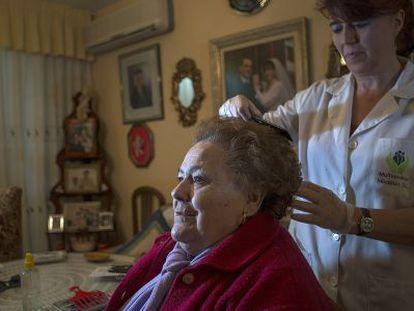 Una cuidadora atiende a una mujer dependiente, en Jaén.
