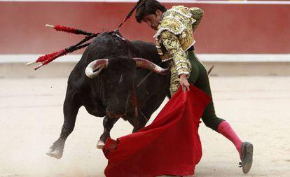 José Garrido, durante la faena con 'Brujito', su primer toro, hoy en Pamplona.