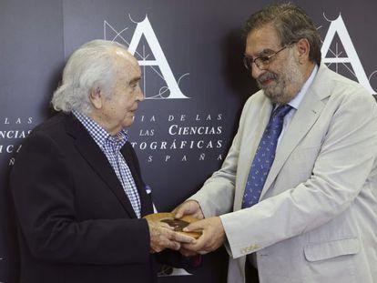 Antón García Abril recibe esta mañana la Medalla de Oro de la Academia de cine de manos de su presidente, Enrique González Macho.