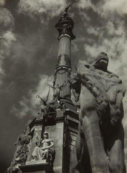Fotografía del monumento a Colón de Gabriel Casas, realizada en 1930.