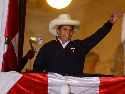 Pedro Castillo saluda a sus seguidores, este miércoles.