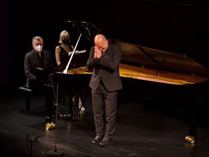 Florian Boesch agradece la cálida acogida del público antes de comenzar su recital con Malcolm Martineau en el Teatro de la Zarzuela.